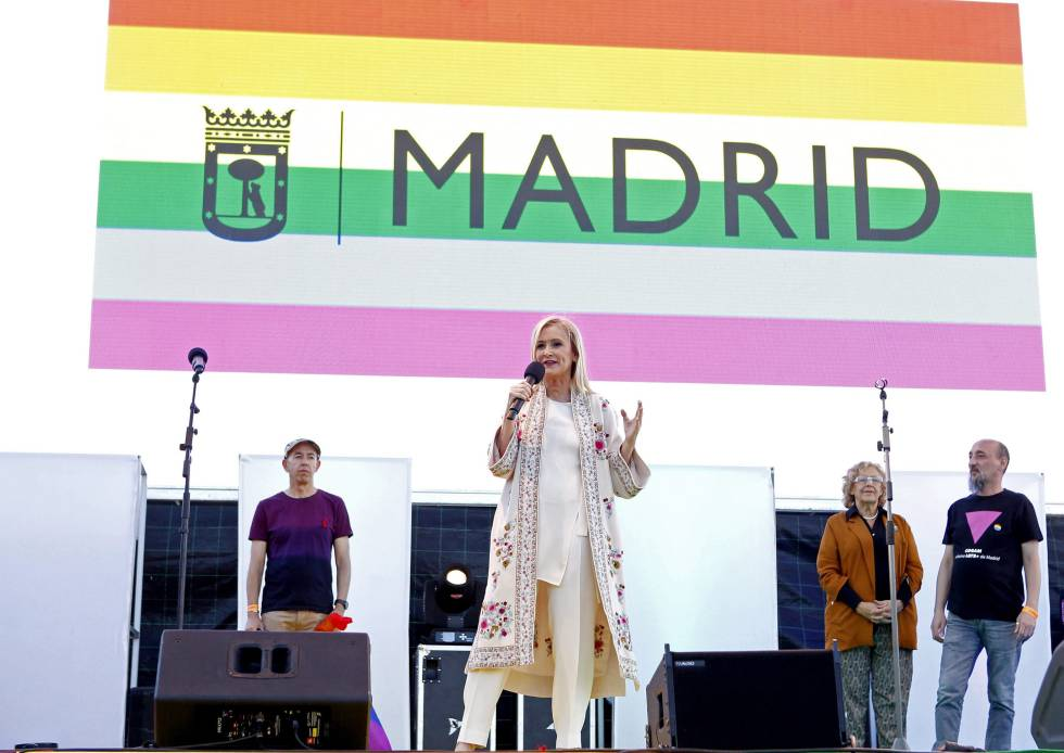Cristina Cifuentes habla el sábado durante el Orgullo Mundial en presencia de Manuela Carmena.