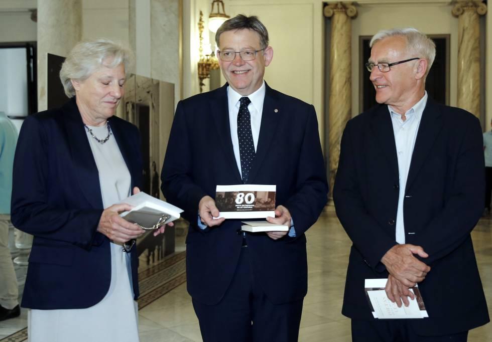 El presidente de la Generalitat, Ximo Puig, la nieta del que fuera último presidente de la República, Carmen Negrín, y el alcalde de Valencia, Joan Ribó.