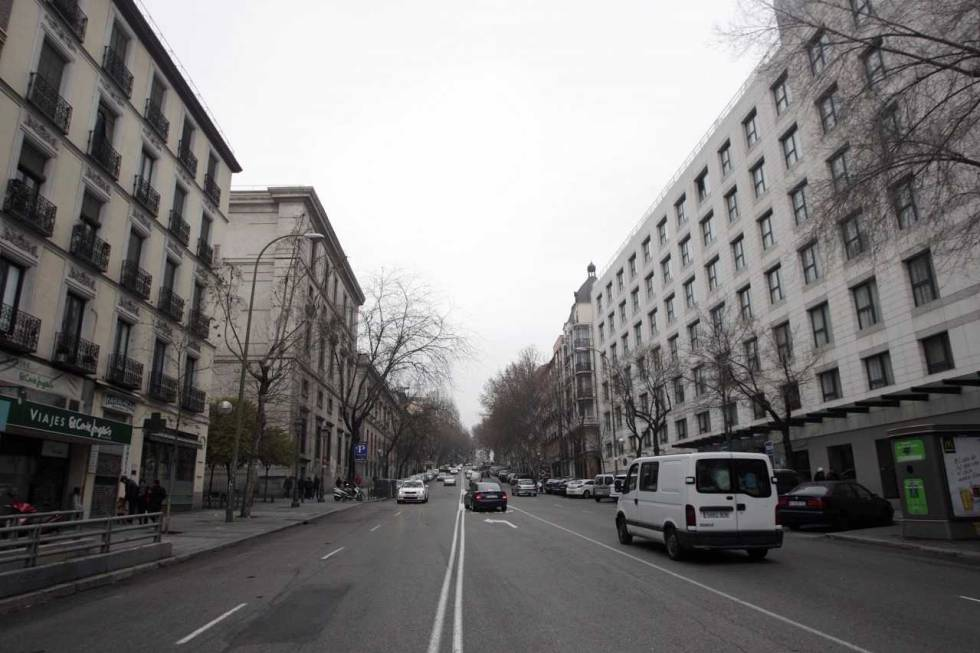 Varias vehículos circulan por la calle de Atocha.