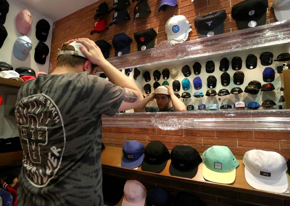 Un cliente en La tienda de las Gorras.