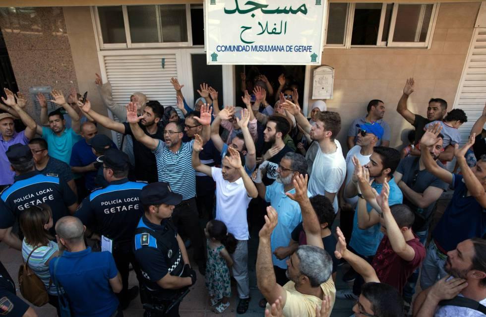 Miembros de la asociación Al Falah de Getafe durante la protesta contra el cierre de su mezquita, el pasado miércoles.