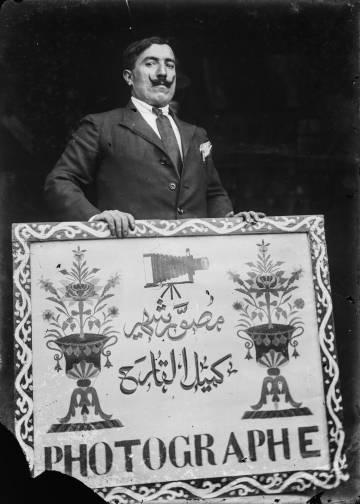 Autorretrato (1920), obra del fotógrafo libanés Camille El Kareh.