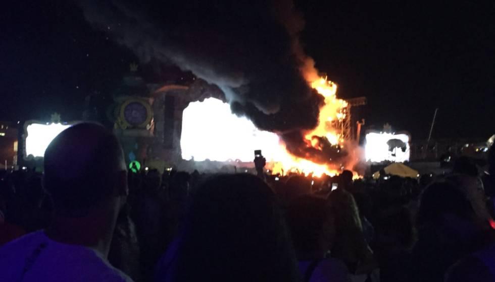 Imagen del incendio en un escenario de Tomorrowland en Barcelona.