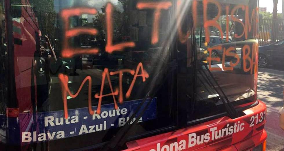 El autobús turístico asaltado en Barcelona.