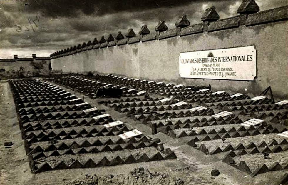 A Civil War era photograph of the graves of International Brigades volunteers.