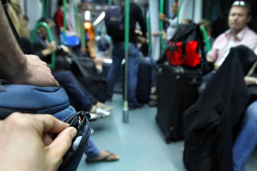 Simulación del hurto de una cartera en la línea 8 del Metro de Madrid.