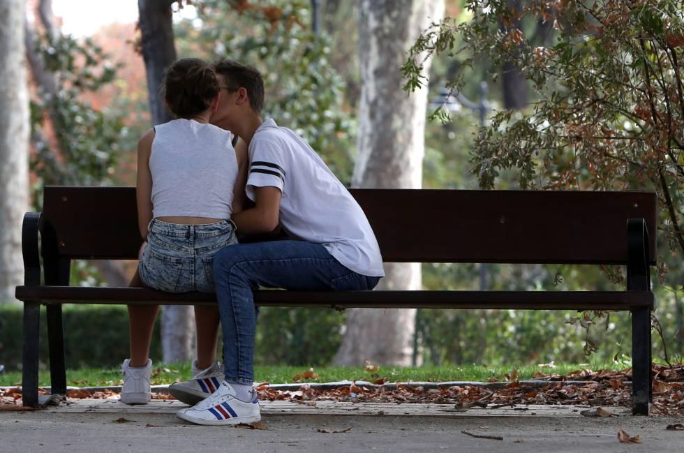 Una pareja de jóvenes, el pasado viernes en el parque del Retiro.