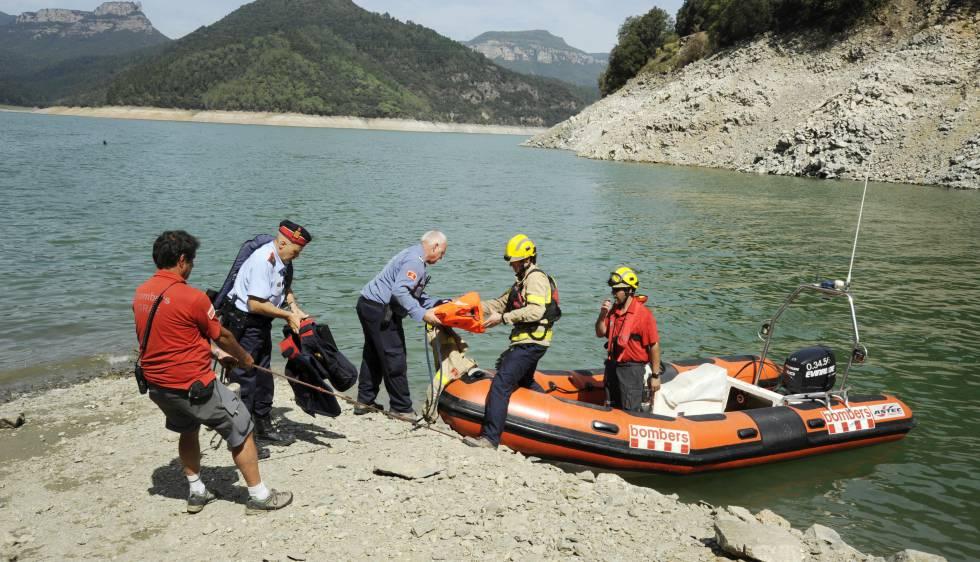 Mossos y bomberos participan en las labores de búsqueda de la pareja desaparecida.