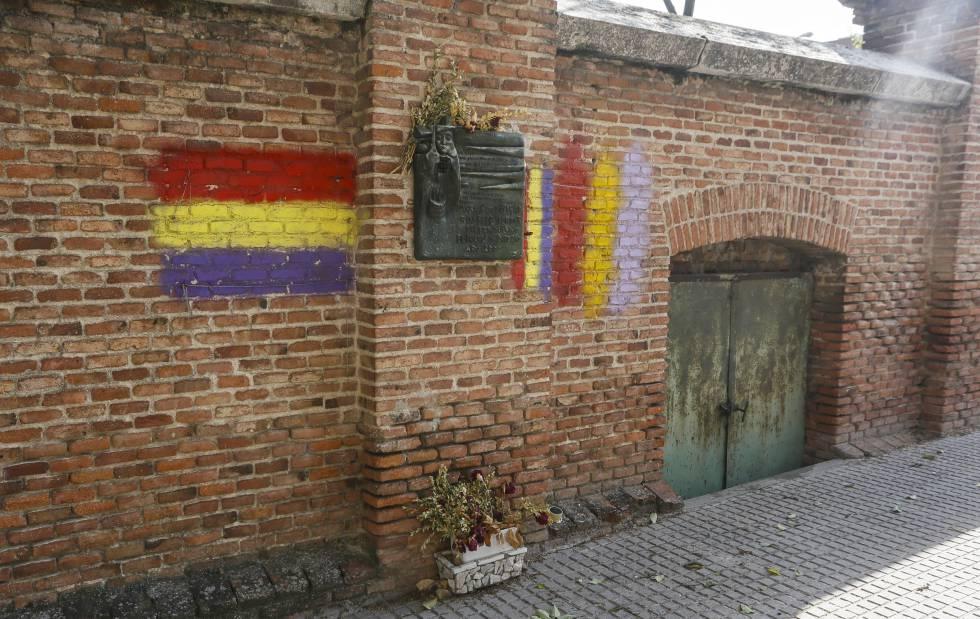 Puerta de entrada al osario republicano en La Almudena.