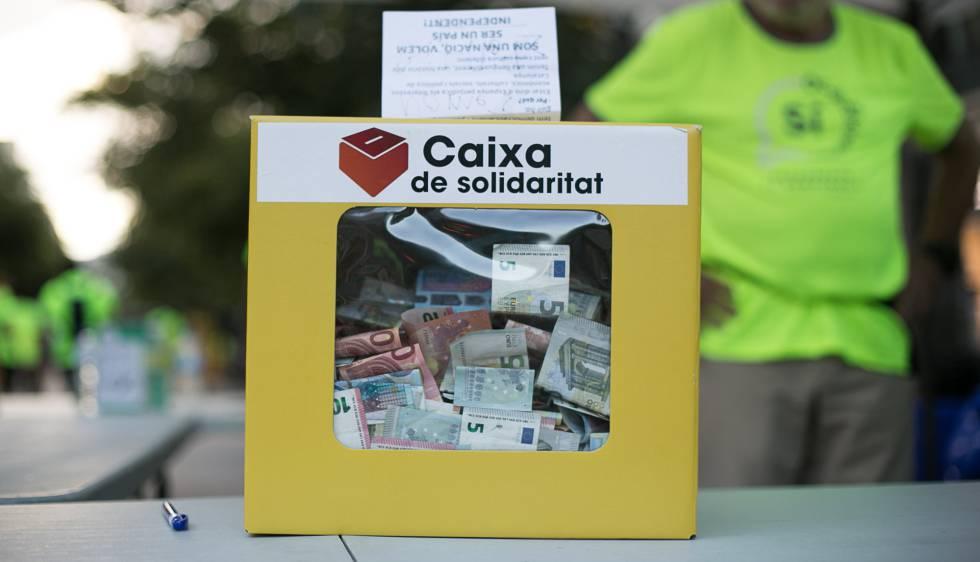 Recogida de dinero para costear las multas del 'expresident' Artur Mas y el resto de condenados por el 9-N, ayer en Barcelona.
