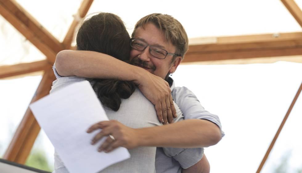 Domènech (de frente) abraza a Pablo Iglesias durante el acto de Podemos y Catalunya en Comú.