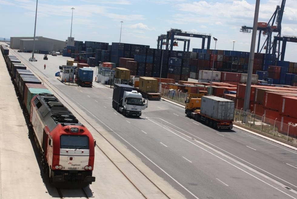 Tráfico de trenes y camiones en el puerto de Castellón.