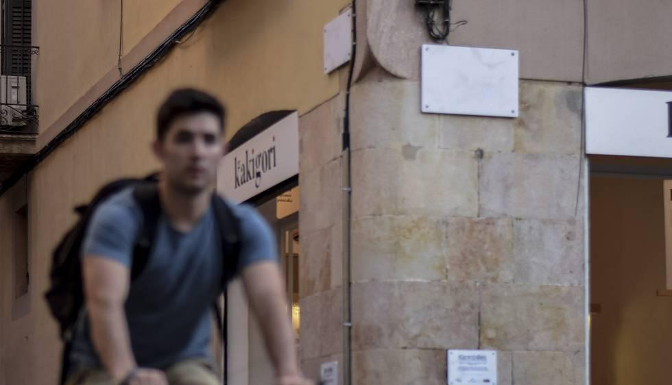 Calles del barrio de Gràcia con las placas vacías