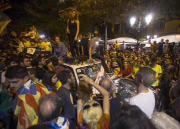 Night of tension in Barcelona between protesters, police over referendum raid