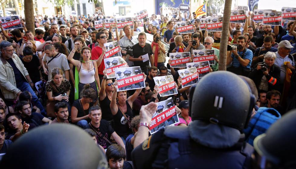 Incidentes resgistrados en el cordón policial ante la sede de la CUP.