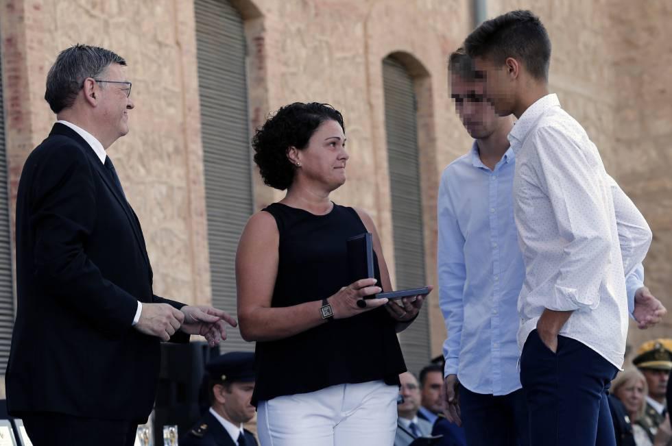 María Jesus Sàez, viuda del subinspector Blas Gámez, recoge junto a sus hijos de manos del presidente valenciano, Ximo Puig, la condecoración de oro.
