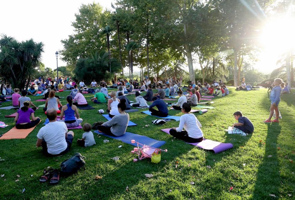 Multitudinaria clase de yoga en el Templo de Debod un domingo de septiembre. bf1341b17572