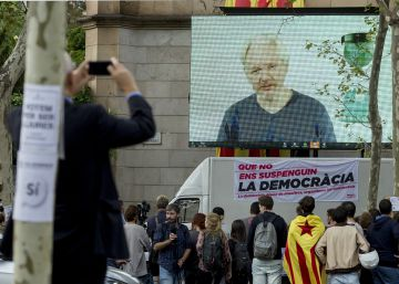 Assange alienta que la rebelión en Cataluña se extienda a nivel global