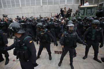 La policía impide que los ciudadanos accedan al colegio donde se esperaba a Puigdemont en Sant Julia de Ramis (Girona)