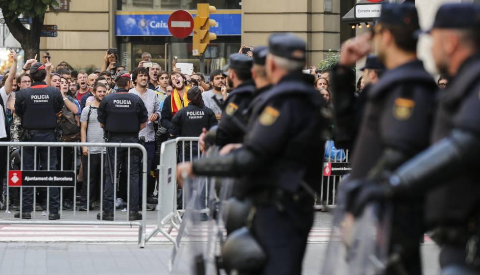 medio millar de personas cercan a la polic a nacional en