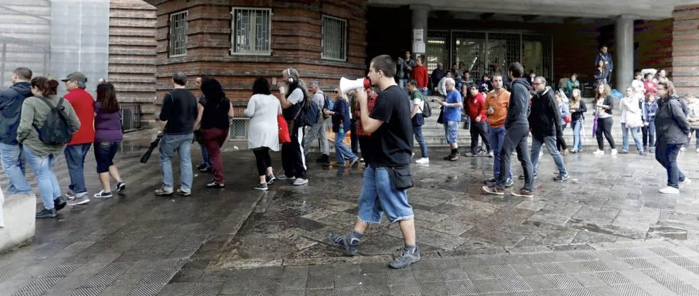 Un voluntario avisa de una posible intervención policial en Colegio Collaso i Gil de Barcelona el 1 de octubre.