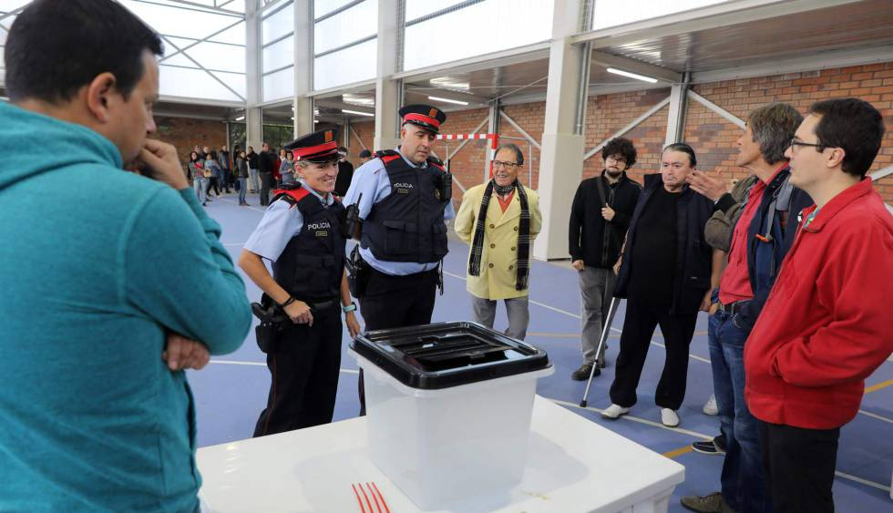 Two members of the Catalan regional police force at a polling station last Sunday.