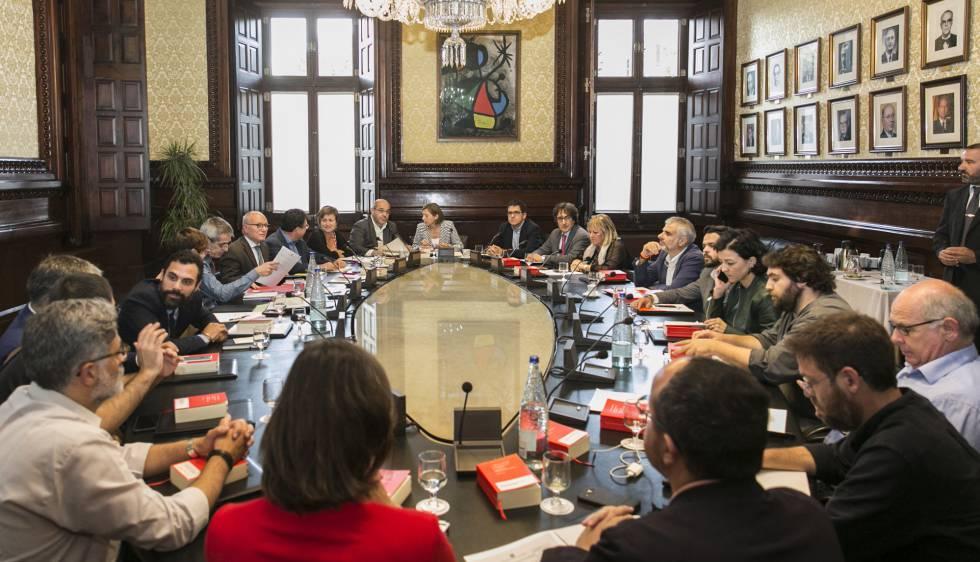 Els caps jur dics del parlament diuen que la mesa ha d for Mesa parlament