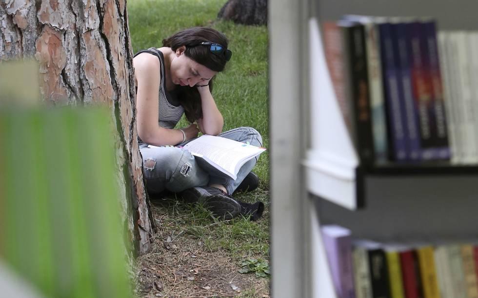 Una mujer lee en El Retiro de Madrid durante la Feria del Libro de 2017.