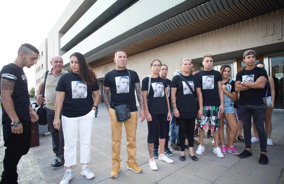 Compañeros del joven asesinado a las puertas de la Ciudad de la Justicia de Castellón.