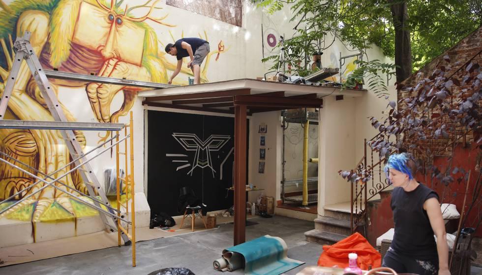 Un interior de manzana de la calle de Provença, convertido en un espacio de arte urbano.