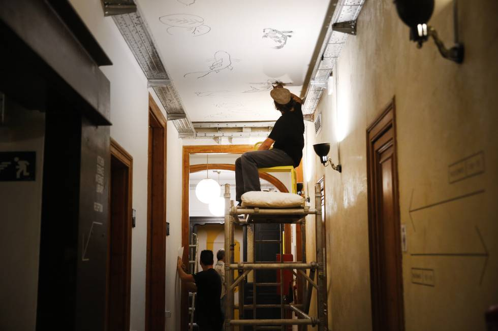 Murales en paredes y techos en el Hostel.
