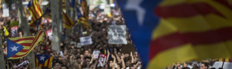 Puigdemont prolonga la tensión con una secesión en diferido