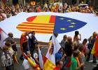 Miles de personas participan en la manifestación del 12 de octubre en Barcelona