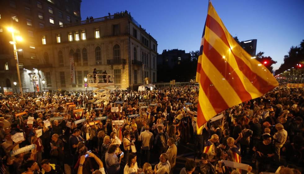 Miles de personas se manifiestan en Barcelona contra las detenciones de Cuixart y Sànchez
