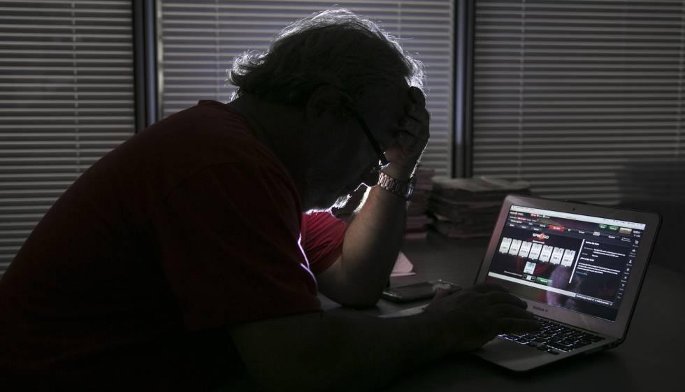 Un hombre juega por Internet.