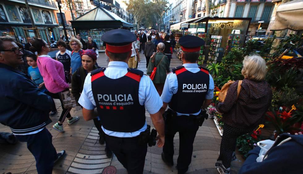 Una pareja de 'mossos' patrulla por La Rambla de Barcelona.