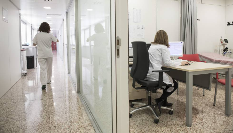 Una doctora en una consulta de las urgencias del hospital de Bellvitge de Barcelona
