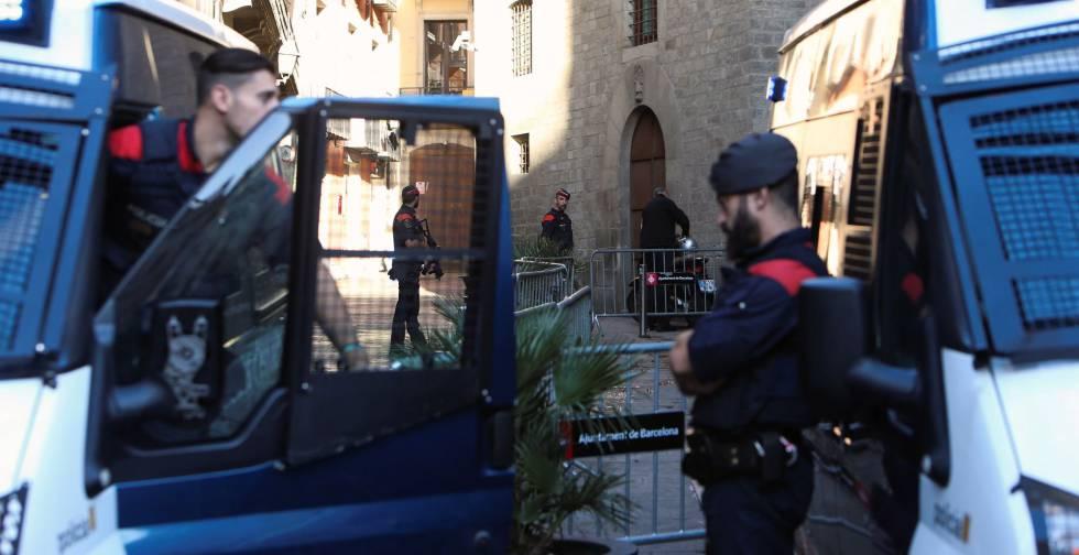 Mossos d'Esquadra en la plaza del Palau de la Generalitat, en Barcelona.