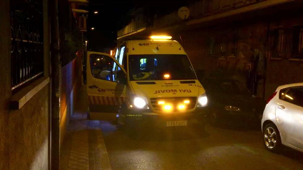La ambulancia del Summa, delante del domicilio donde se produjo la muerte.
