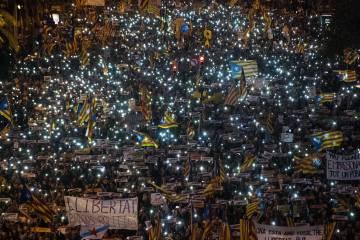 Cientos de miles de personas exigen la libertad de los líderes independentistas.