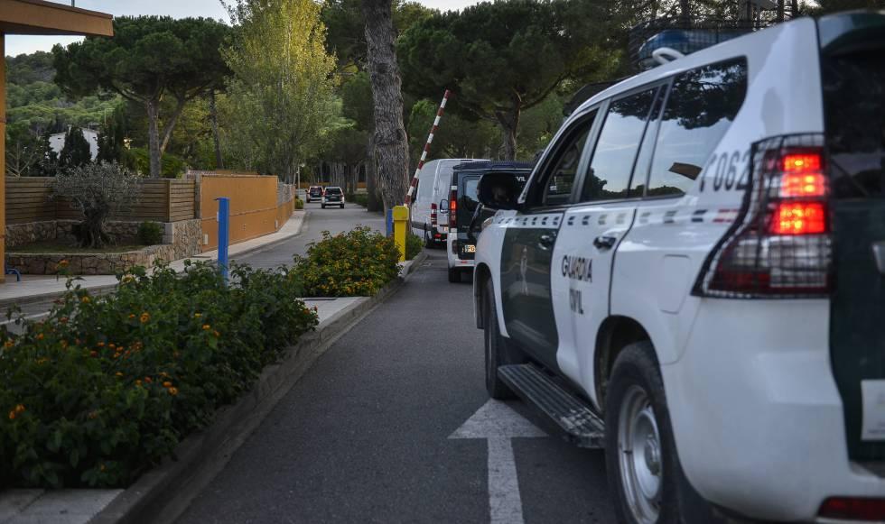 Varios vehículos de la Guardia Civil.