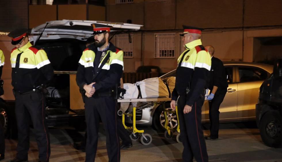 Los servicios funerarios sacan uno de los cadáveres de Badia del Vallès.