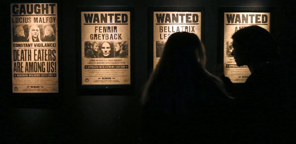 Carteles en los que se reclama la busca y captura de los 'mortífagos', en 'Harry Potter: The Exhibition'.
