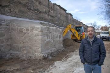 El arquitecto Juan de Dios de la Hoz ante la muralla.