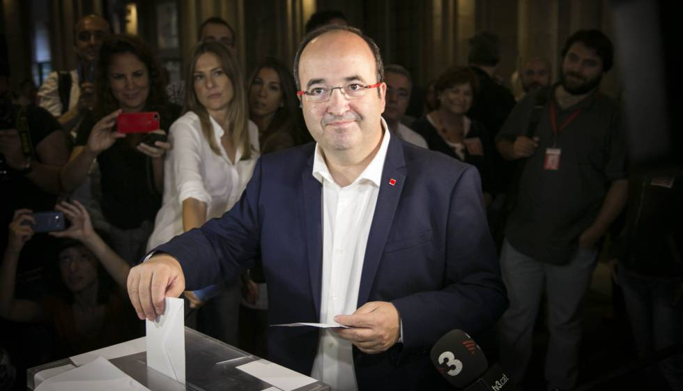 Catalan Socialists leader Miquel Iceta voting in 2015.