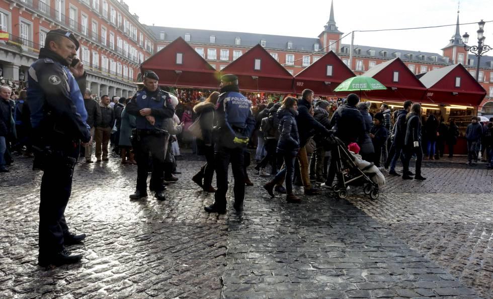 Policías municipales, de patrulla el pasado viernes en la Plaza Mayor.