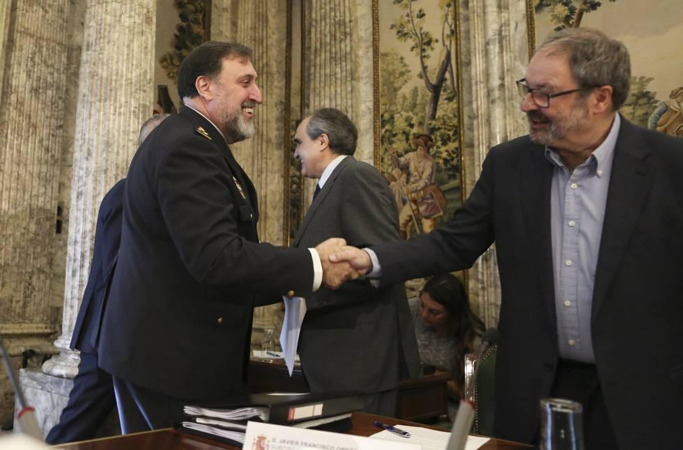 El jefe superior de Policía de Madrid, Germán Rodríguez Castiñeira, saluda al concejal de Seguridad, Javier Barbero.