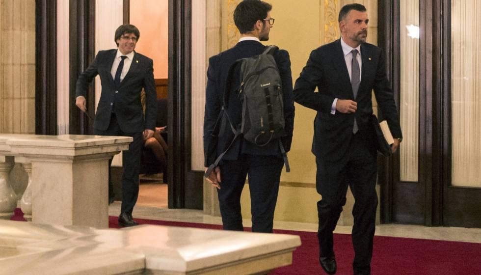 El expresidente de la Generalitat, Carles Puigdemont (izq.) y el exconsejero Santi Vila, en el Parlament