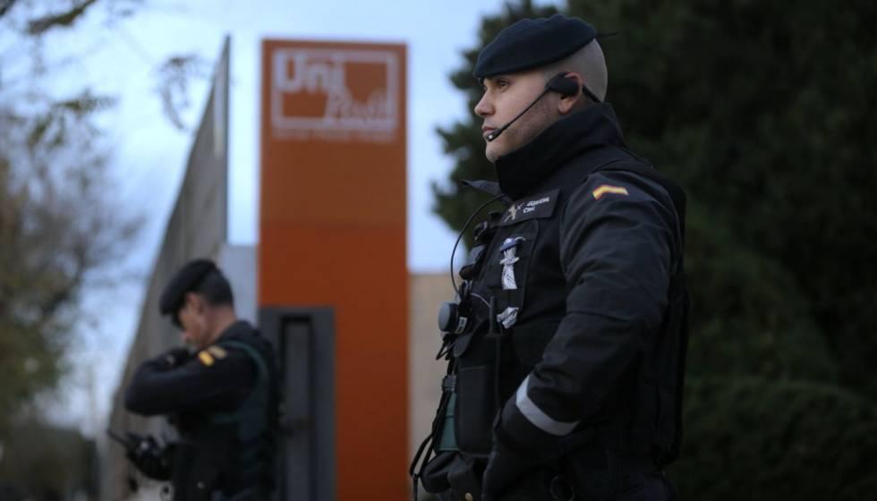 Un guardia civil en una sede de Unipost en L'Hospitalet de Llobregat.