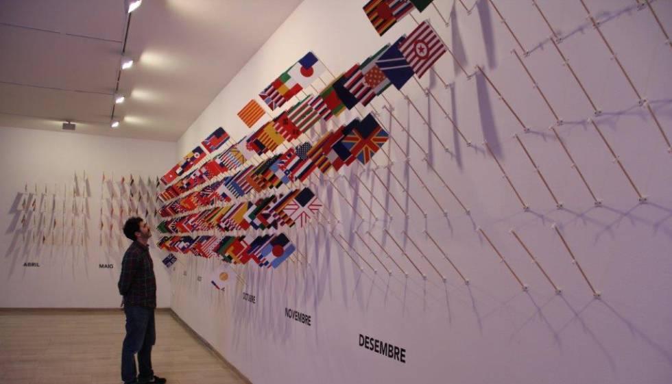 Instalación One flag every day, en la exposición de Varvara & Mar en Mollet del Vallès.